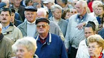 Rentner protestieren gegen eine mögliche Kürzung ihrer Rente