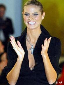 Das Model Heidi Klum waehrend der Modenschau auf der Christina Rau Benefiz-Gala