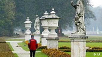 Ein Jogger läuft im Park von Schloß Nymphenburg
