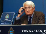 Jürgen Habermas durante una conferencia de prensa en Madrid al recibir el Premio Príncipe de Asturias a las Ciencias Sociales 2003.