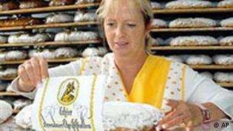 Bäckermeisterin Marlies Morenz macht in ihrer Bäckerei in Dresden einen Stollen