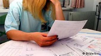 Verschuldete Frau mit offenen Rechnungen Quelle: Bilderbox