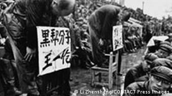 Roter Nachrichtensoldat Ein Chinesischer Fotograf in den Wirren der Kulturrevolution Li Zhensheng Mit einer Einleitung von Jonathan D. Spence ca. 300 Schwarzweiß-Abbildungen 250 x 189 mm, 320 Seiten, gebunden 0 7148 9381 1 € 39,95 Phaidon Verlag, Berlin 2003 Deutsche Erstausgabe FOTO AUSSCHLIESSLICH FÜR BESPRECHUNG DIESES BUCHES VERWENDEN!