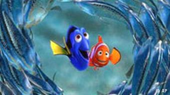 Dory, Mitte links, und Marlin sind umrundet von einem Schwarm Mondfische in einer Szene aus Walt Disneys Animationsfilm Findet Nemo (Foto: AP Photo/Disney Enterprises Inc./Pixar Animation Studios)