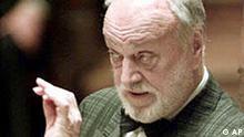 Kurt Masur ** ARCHIV ** Der Leiter der New Yorker Philharmoniker, Kurt Masur, aufgenommen bei einer Probe im Leipziger Gewandhaus am 10. Okt. 2001. Masur wird am 18.Juli 2002 75 Jahre alt. (AP Photo/Eckehard Schulz) --zu unserem Korr--