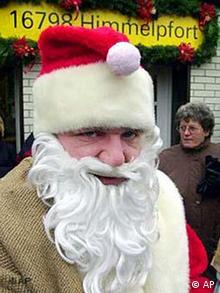 Weihnachtsmann vor dem Weihnachtspostamt Himmelpforten