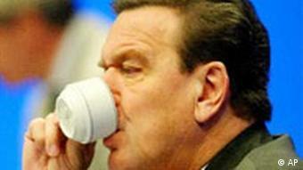 Gerhard Schröder trinkt Kaffee