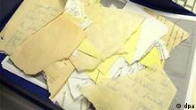 Einzelteile von Stasiunterlagen liegen am 17.11.2003 in Berlin neben einem Computerbildschirm, auf dem weitere Teile von Dokumenten zwecks ihrer Rekonstruktion sichtbar sind. Als im Wendeherbst 1989 die Reißwölfe bei der Aktenvernichtung versagten und die Geheimdienstler per Hand ihre Papiere auseinander fetzten, hatten Stasi-Mitarbeiter die Schnipsel in Säcke geschichtet - sortiert nach Schreibtischen und Amtsstuben. Dies ist nun bei der Rekonstruktion der Dokumente von Vorteil, bei der ein Team des Fraunhofer Instituts eine Puzzle- Software nutzt, die mit der Lufthansa Firma Systems Group entwickelt wurde. Die sichergestellten Schnipsel türmen sich in 16000 Säcken. Das Verfahren könnte in fünf Jahren erledigen, wofür Fachleute bislang 400 Jahre veranschlagt haben.