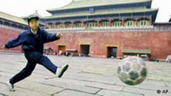Dječak igra nogomet u Pekingu