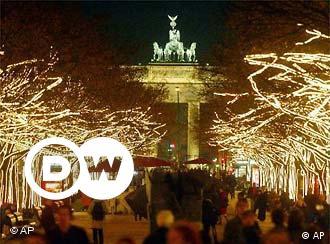 In der Vorweihnachtszeit erstrahlen die Bäume auf dem Boulevard 'Unter den Linden' vor dem Brandenburger Tor in einem Meer von Lichtern.