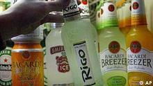 Eine Frau nimmt am Montag, 24. November 2003, eine Flasche Limonadenmixgetraenk aus dem Kuehlregal eines Getraenkehandels in Duesseldorf. Die Bundesregierung erwaegt drastische Massnahmen gegen alkoholhaltige Limonaden. Die Drogenbeauftragte Marion Caspers-Merk sprach sich in der Berliner Zeitung (Montagausgabe) dafuer aus, derartige Getraenke mit einer Strafsteuer zu belegen, die den Flaschenpreis verdoppeln wuerde. Unterstuetzung erhielt sie von Verbraucherministerin Renate Kuenast. Aerzte haben wiederholt gewarnt, dass immer mehr Kinder und Jugendliche die so genannten Alcopops auf der Basis von Rum, Wodka oder Whiskey bis zum Umfallen trinken. (AP Photo/Frank Augstein)