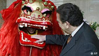 Bundeskanzler Gerhard Schröder in Peking Politische Gespräche in Cina und Kasachstan Chinesischer Drache