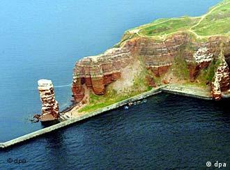Die 'Lange Anna' an der Steilküste von Helgoland(Archivfoto: dpa)