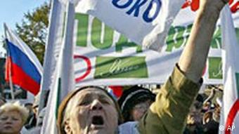 demonstrating members of the Yabloko opposition party