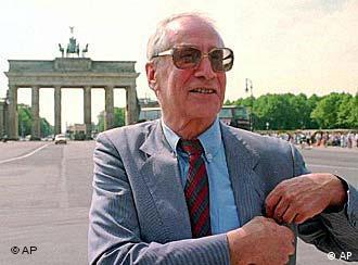 Markus Wolf im Mai 1995 am Brandenburger Tor in Berlin