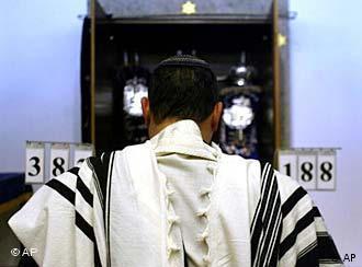 У входа в синагогу в Регенсбурге