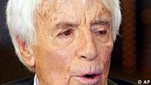 * Der Schauspieler Johannes Heesters, aufgenommen am 23. Nov. 2003, waehrend einer Fernsehaufzeichnung anlaesslich seines 100. Geburtstages in Muenchen. Heesters wird am 5. Dezember 2003 100 Jahre alt. (AP Photo/Jan Pitman) ** zu unserem KORR. APD3468 **
