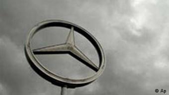 Logo des Automobilherstellers Daimler Chrysler vor dunklen Wolken