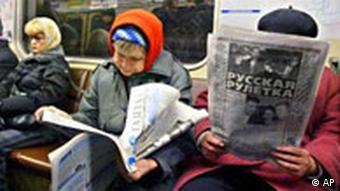 Пожилые женщины читают газеты в вагоне метро