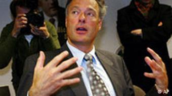 Der ehemalige Hamburger Innensenator und ehemalige Hamburger Landesvorsitzende der Schill-Partei, Ronald Schill, Mitte, gestikuliert am Montag, 8. Dezember 2003 waehrend einer Pressekonferenz in der Parteizentrale der Schill-Partei in Hamburg. (AP Photo/Fabian Bimmer)