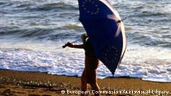 Symbolbild EU Regenschirm am Strand