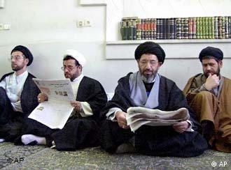 چند روحانی در قم در حال خواندن روزنامه