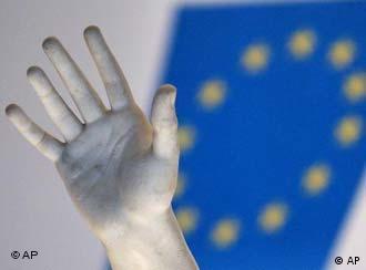 Hand vor EU-Flagge, Quelle: AP