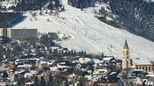 Oberwiesenthal (Sachsen): Hochbetrieb herrscht am 11.02.2003 an allen Liften am Fichtelberg in Oberwiesenthal. Der erzgebirgische Wintersportort gilt mit einer Lage von über 900 Metern als die höchstgelegene Stadt Deutschlands. Mit dem Beginn der Winterferien in Sachsen gibt es bei Sonnenschein, Pulverschnee und leichten Minusgraden ideale Wintersportbedingungen auf den Pisten und in den Loipen. (CHE461-120203)