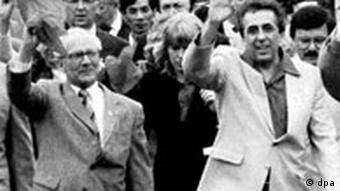 Erich Honecker und Egon Krenz beim DDR-Friedensmarsch 1983 in Potsdam (Foto: dpa)