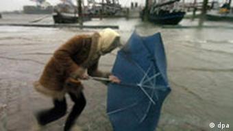 Stürmisches Schmuddelwetter in Hamburg Orkanböen Sturmwarnung Sturm Unwetter