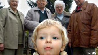 Dijete s grupom starijih ljudi