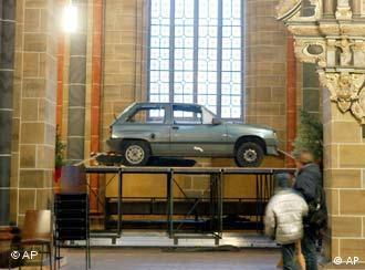 O carro na catedral: parte da polêmica em torno da peça