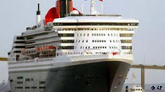 Queen Mary 2 mit Schlepper