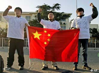 中国民间人士在日本驻京使馆前抗议示威