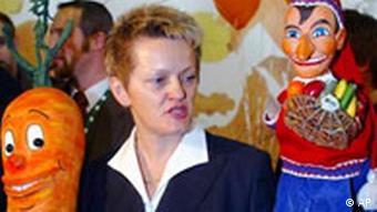 Grüne Woche in Berlin Künast mit Puppen