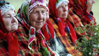 Lettland Alte Frauen in der Tracht der Suitu Sievas