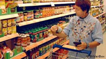 Seniorin in einem Supermarkt in Österreich