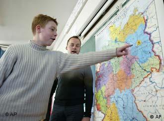 Aluno aponta para Berlim no mapa da Alemanha
