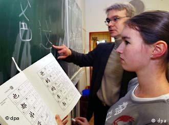 W gimnazjum im. Annette-von-Droste-Hülshoff w Muenster chiński jest jednym z przedmiotów maturalnych. Nauczyciel z uczennicą przy tablicy