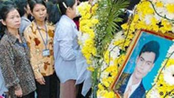 Menschen vor einem großen Foto des ermordeten Chea Vichea, sie stehen Schlange, um sich von ihm zu verabschieden (AP Photo/David Longstreath)