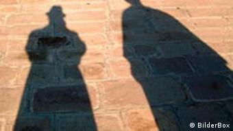Paar wirft Schatten