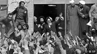 Teheran im Februar 1979: Einen Tag nach seiner Rückkehr aus dem Exil wird der schiitische Geistliche Ayatollah Chomeini von seinen Anhängern bejubelt