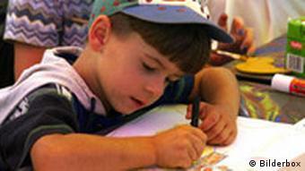 Kind beim Malen im Kindergarten