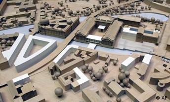 Blick auf ein Modell der Berliner City mit der Museumsinsel