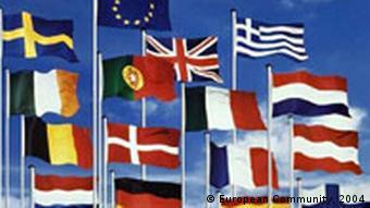 EU Flaggen im Wind Symbolbild