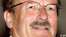 Der Regisseur Volker Schloendorff freut sich uber die Verleihung des Bayerischen Verdienstordens am 17. Juli 2003 in Muenchen. Der vielfach ausgezeichnte Filmemacher feiert am Mittwoch, 31. Maerz 2004, seinen 65. Geburtstag. (AP Photo/Uwe Lein) ** zu unserem Korr