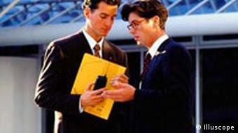 Manager unterhalten sich vor einem modernen Bürohaus