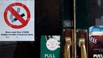 Rauchen Verboten in Irland Tür vor Pub