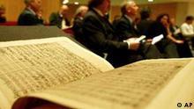 Vertreter der Medien nehmen an einer Pressekonferenz anlaesslich der Restauration der Bach Autographen am Mittwoch, 31. Maerz 2004, in der Staatsbibliothek in Berlin teil. Im Vordergrund ist eine Seite des Faksimile der h-Moll-Messe (BWV 232) von Komponist Johann Sebastian Bach zu sehen. Mehr als 1.000 Bach-Liebhaber aus aller Welt spendeten rund 1,8 Millionen Euro ueber mehrere Jahre hinweg, um zirka 3.600 schwer geschaedigte Blaetter der handgeschriebenen Kompositionen restaurieren zu lassen. Vom 1. - 3. April 2004 sind die Bach-Autographen nun in der Berliner Staatsbibliothek zu sehen. (AP Photo/Franka Bruns)