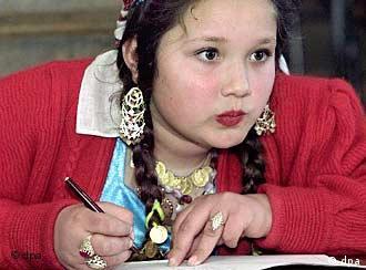 Menina de 12 anos da etnia rom, nas redondezas de Bucareste